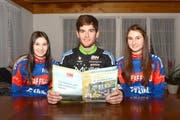 Beim Studium des Dagmerseller Programmheftes (von links): Melissa (15), Lukas (25) und Desirée Winterberg (18). (Bild: Kurt Grüter)