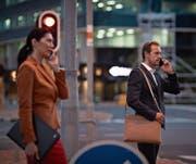 Telefonieren mit dem Handy: Experten schliessen ein Gesundheitsrisiko nicht aus. (Bild: Klaus Vedfelt/Keystone)