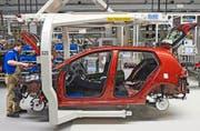 Auf VW kommt nach der Dieselmanipulation eine veritable Umrüstungswelle zu. Im Bild: Produktion eines VW Golf im Werk in Zwickau, Deutschland. (Bild: AP/Jens Meyer)