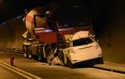 Das Auto prallte frontal in den Lastwagen. (Bild: Kantonspolizei Obwalden (Sachseln, 23. Mai 2017))