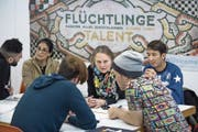 Die Leiterin von «Hello Welcome», Rita Ueberschlag (Dritte von rechts), bei der Arbeit mit Flüchtlingen. (Bild: Pius Amrein (Luzern, 9. Januar 2017))
