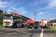 Auf der Strasse sind nach dem Horror-Crash noch Bremsspuren erkenntlich. (Bild: Tele1)