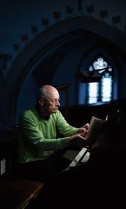 Mit Freude und Begeisterung verrichtete Hanspeter Isler den Orgeldienst in der Kirche Oberägeri und dirigierte den Kirchenchor. (Bild: Stefan Kaiser (19. Dezember 2017))