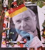 Porträt Helmut Kohls vor dessen Haus in Oggersheim. (Bild: Ronald Wittek/EPA (Ludwigshafen, 18. Juni 2017))