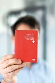 Wenn es nach dem Wunsch einiger SVP-Exponenten geht, soll er künftig schwieriger zu erhalten sein: der Schweizer Pass. (Bild: Keystone/Christian Beutler)