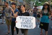«Ferienwohnungen verdrängen Familien», klagt diese Bewohnerin bei einer Demonstration in Barcelona. (Bild: Lluis Gene/AFP (10. Juni 2017))