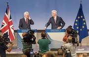 EU-Chefverhandler Michel Barnier (rechts) und der britische Brexit-Minister David Davis an der gestrigen Medienkonferenz. (Bild:)