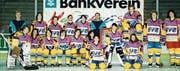 Die EVZ-Frauen Mitte der 1990er-Jahre: Jeanette Marty (Zweite von rechts) und Ruth Künzle (auf dem Tor) in offensiv gestalteten Trikots. In der Mitte kniend, sehr jung: die heutige Nationaltrainerin Daniela Diaz. (Bild: PD)