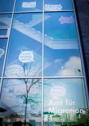 Die Aktivisten tapezierten die Fenster mit Sprechblasen. (Bild: zvg)