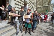 Aktivisten bei der Einreichung der Volksinitiative «Für Ernährungssicherheit» vor der Bundeskanzlei.Bild: Lukas Lehmann/KEY (Bern, 30. März 2016)