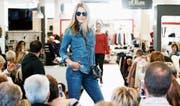 Die Modeschau in Unterägeri lockt viele Zuschauer an. (Bild: Stefan Kaiser (29. September 2017))