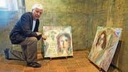 Biblische Motive dem heutigen Leben abgeschaut: Eugen Bollin vor zwei seiner Kohlezeichnungen. (Bild: Romano Cuonz (10. Juni 2017))