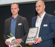 Sie nehmen die Auszeichnung für die Firma Walker Stahl und Metallbau AG entgegen. (Bild: PD)
