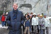 Der Luzerner Tourismusdirektor Marcel Perren zusammen mit asiatischen Touristen vor dem Löwendenkmal. (Bild: Eveline Beerkircher / Neue LZ)