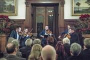 Das Casal-Quartett mit Klarinettist Fabio di Càsola (rechts) am Eröffnungsabend im Schloss Meggenhorn. (Bild: Pius Amrein (26. Dezember 2017))