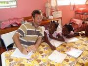 Patrick Mathers gibt Nachhilfestunden im Waisenhaus auf der Ile à Vache. (Bild pd)