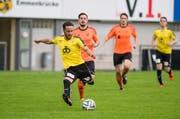 Im Aufstiegsspiel gegen den FC Obergeissenstein haut der Emmenbrücker Mauro Nuozzi drauf (seine Mannschaft verliert 1:2) (Bild: Roger Grütter / Neue LZ)