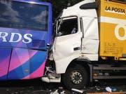 Der Lastwagen krachte ins Heck des Cars. (Bild: Roger Rüegger / Neue LZ)