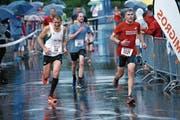 Trotz des stürmischen Wetters nahmen zahlreiche Läuferinnen und Läufer am Ägeriseelauf vom vergangenen Freitag teil. (Bilder: Werner Schelbert (Oberägeri, 21. Juli 2017))