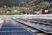 Auf dem Dach des Gräwimatschulhauses in Schattdorf ist seit Ende März die erste Anlage in Betrieb. (Bild: PD)