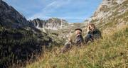 Stéphane Goël geht auf Wanderung mit seinem Vater. In den Pausen diskutieren sie über Glauben und das Jenseits. (Bild: PD)
