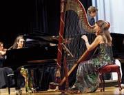 Das Duo Praxedis überzeugte am Klavier und an der Harfe in der Ägerihalle. (Bild: Werner Schelbert (Unterägeri, 5. November 2017))