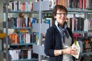 Anneliese Reichlin in der Schul- und Gemeindebibliothek Adligenswil. (Bild Boris Bürgisser)