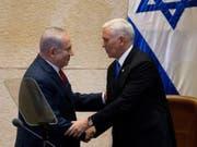 Benjamin Netanyahu (l) und Mike Pence am Montag im israelischen Parlament. (Bild: Keystone/EPA AP POOL/ARIEL SCHALIT / POOL)