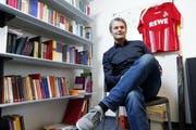 Gemeindeleiter Christian Kelter hat auch ein Herz für Fussball: Im Büro des Deutschen hängt ein Trikot des 1. FC Köln. (Bild Werner Schelbert)