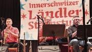 Rissen das Publikum mit flotten Tönen mit (v. l.): Philipp Mettler, Carlo Brunner und Daniel Häusler. (Bild: Jakob Ineichen (Unterägeri, 13. Mai 2017))