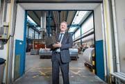 Peter Schildknecht, CEO der CPH, in der Lagerhalle der Produktion. Er will bis Ende Jahr das Unternehmen zu einem ausgeglichenen Betriebsergebnis führen. (Bild: Dominik Wunderlin (Perlen, 15. März 2017))