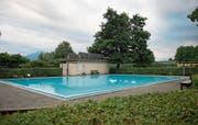 Das Lernschwimmbecken im Strandbad Hünenberg muss zwingend saniert werden. (Bild: Maria Schmid (Hünenberg, 13. Juli 2017))
