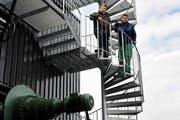 Peter Troxler, Betriebsleiter (r) und Christoph Eggerschwiler, Geschäftsführer Swiss Farmer Power Inwil vor der neuen Anlage. (Bild Boris Bürgisser/Neue LZ)