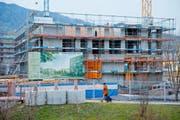 In Horw wird emsig gebaut. Hier baut eine Genossenschaft Anfang 2015 im Ortskern Wohnungen, die aber nicht als sonderlich günstig eingestuft werden. (Bild: Philipp Schmidli / Neue LZ)