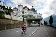 An der Zugerstrasse 88 überagt die Villa des Fiat-Chefs Sergio Marchionne die Strasse. (Bild Stefan Kaiser/Neue ZZ)
