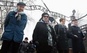Besucher passieren am internationalen Holocaust-Gedenktag den Eingang zum deutschen Konzentrationslager Auschwitz im polnischen Oswiecim. (Bild: Czarek Sokolowksi/AP (27. Januar 2018))