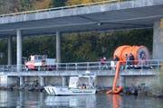 Feuerwehr und Polizei standen mit Booten im Einsatz und errichteten eine Ölsperre. (Bild Kapo Nidwalden)