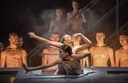 Kraft und Dynamik prägen die Choreografien bei «Tanz 26: Hinter Türen» am Luzerner Theater. (Bild: Gregory Batardon / Luzerner Theater)