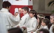 Der grosse Moment für die Mädchen und Buben, die in der Kirche St. Karl Erstkommunion feierten. (Bild: Dominik Wunderli (Luzern, 23. April 2017))