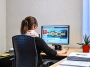 Eine Mitarbeiterin der Staatskanzlei Nidwalden arbeitet am kantonalen Auftritt auf Facebook. (Bild: Pius Amrein)