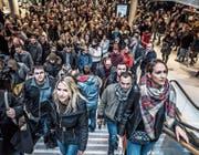 Die ersten Besucher der «Mall». (Bild: Nadia Schärli (8. November 2017))