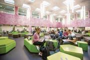 Was sind das nun? Junge Menschen an der Uni Luzern auf dem Weg zu wahrer Bildung, das heisst zur Mündigkeit? Oder nur angehende Konsumenten? (Bild: Philipp Schmidli (Luzern, 3. Oktober 2016))