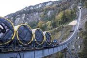 Der erste Wagen der neuen Stoosbahn steht auf dem Trassee. (Bild: Urs Flüeler / Keystone (Schwyz, 12. Oktober 2017))