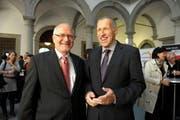 Georges Theiler (links) und Konrad Graber am Sonntag im Wahlzentrum. (Bild: Nadia Schärli / Neue LZ)