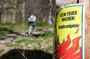 Aufgrund der aktuellen Wetterprognosen dürfte das Feuerverbot in Obwalden bestehen bleiben. (Bild: Keystone)
