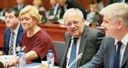 Bundesrat Johann Schneider-Ammann zwischen Amtskollegen Siv Jensen aus Norwegen und Benedikt Johannesson aus Island. (Bild: Olivier Hoslet/EPA (Brüssel, 7. November 2017))