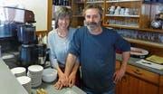Fürchten ums Geschäft: Juri und Christina Domeniconi, Geranten des Albergo-Ristorante Monte Pettine. (Bild: Gerhard Lob)