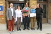 Die Beteiligten, von links: Thomas Gasser und Eliane Niederöst (Urner Detaillisten), Tobias Zwyer (MV Gurtnellen), Andrea Marxen (Jahresabonnement) und Heinz Keller (Theater Uri). (Bild: pd)