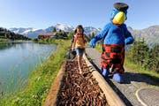 Maskottchen Globi geleitet ein Mädchen auf dem Kitzelpfad beim Härzlisee. (Bild pd)