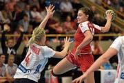 Debütierte mit 16 Jahren für die Schweiz: das ehemalige Zuger Toptalent Daphne Gautschi (am Ball). (Bild: Alexander Wagner (Olten, 1. Oktober 2017))